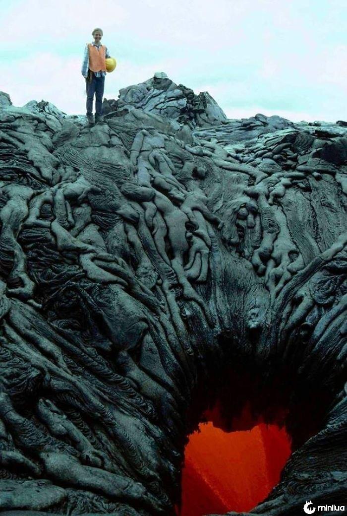 Lava que formou para olhar como uma pilha dos corpos que estão sendo sugados no vácuo impetuoso do inferno