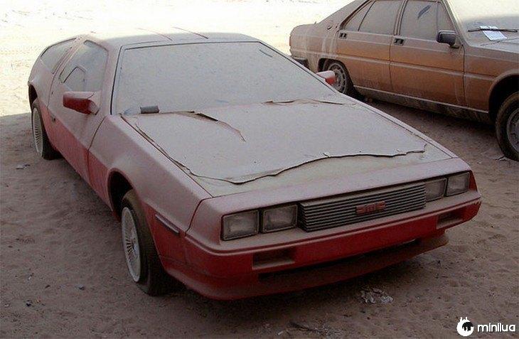 caminhão vermelho DeLorean abandonado em um estacionamento em Dubai