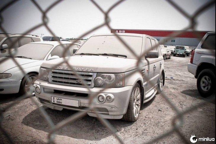 Range Rover espanou e abandonado em um ferro-velho em Dubai