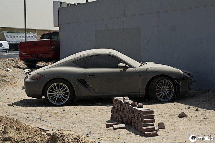 Porsche Cayman abandonados nas ruas de Dubai