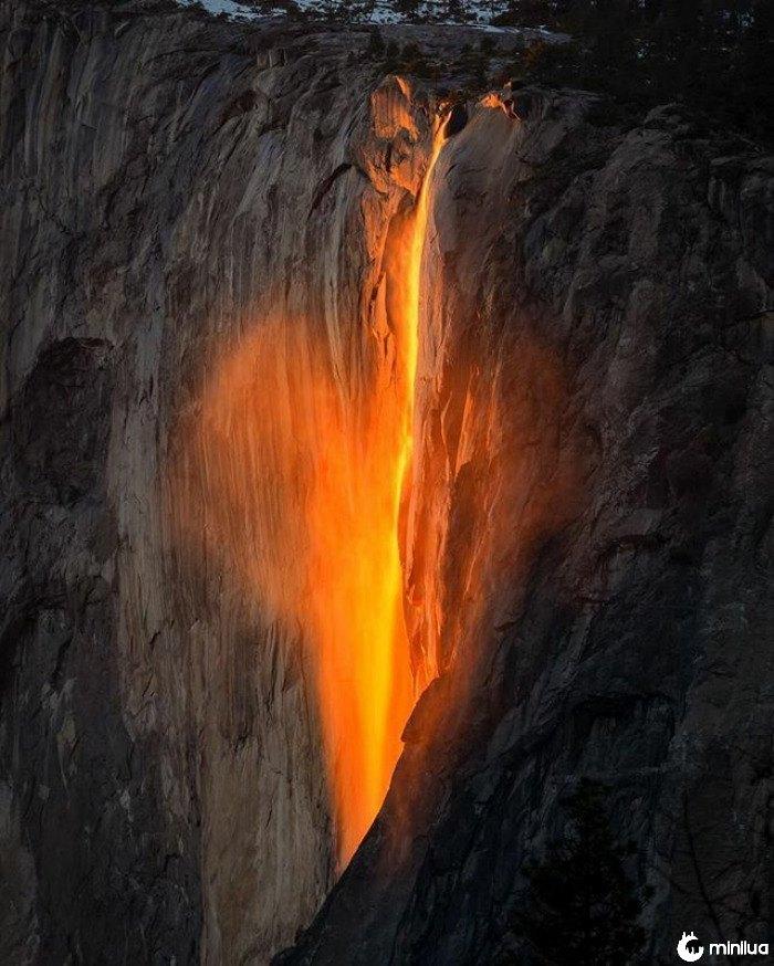 Yosemite Firefall. Na verdade não é Lava, mas um raio de luz solar. Isto acontece somente por 1-2 semanas perto do fim de fevereiro se há bastante neve e por do sol semi claro. Só dura 10 minutos ou menos