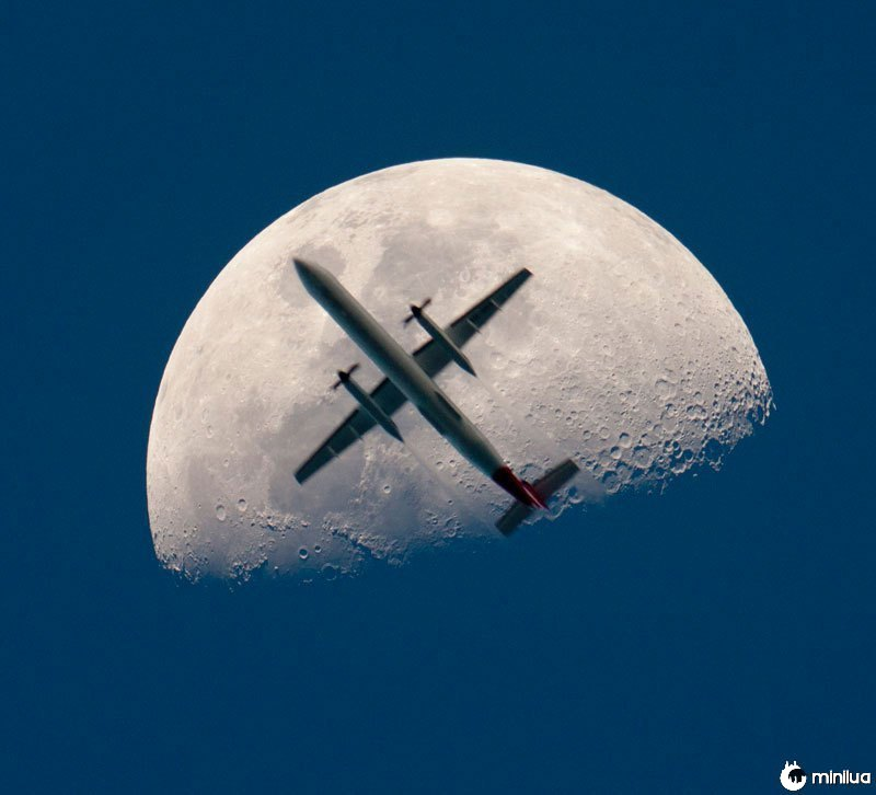 Avião-passando-o-mooon-perfeito-timing