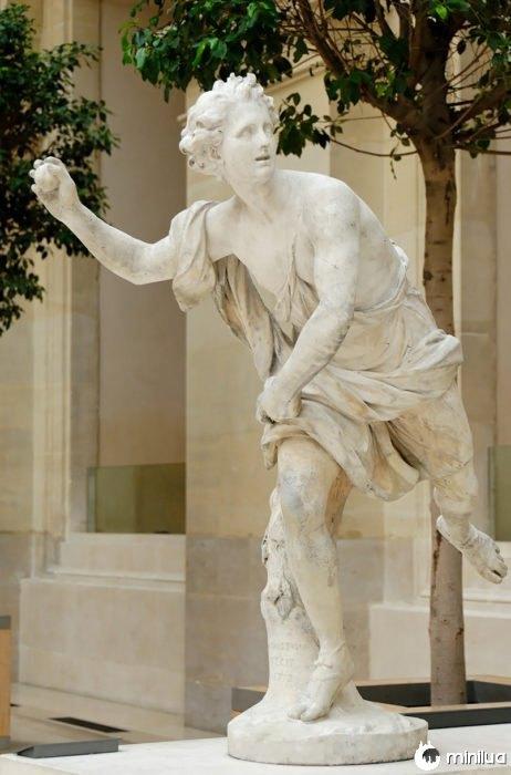 estátua grega jogando uma maçã