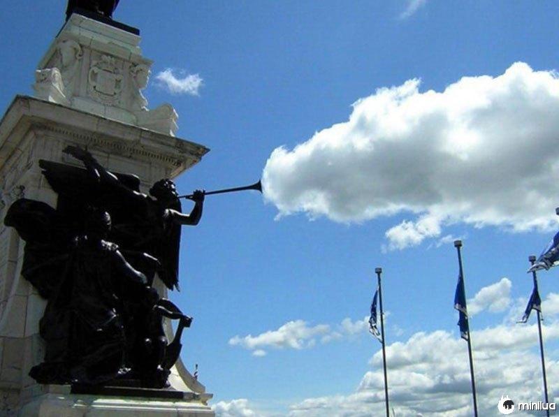 Estátua-nuvem-perfeito-tempo