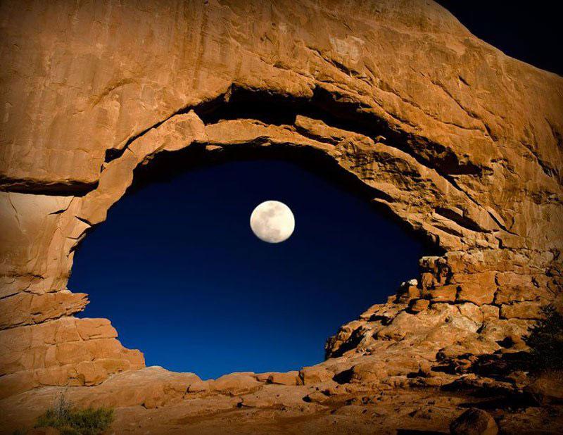A-lua-através-norte-janela-arcos-nacional-parque-utah-estados-unidos