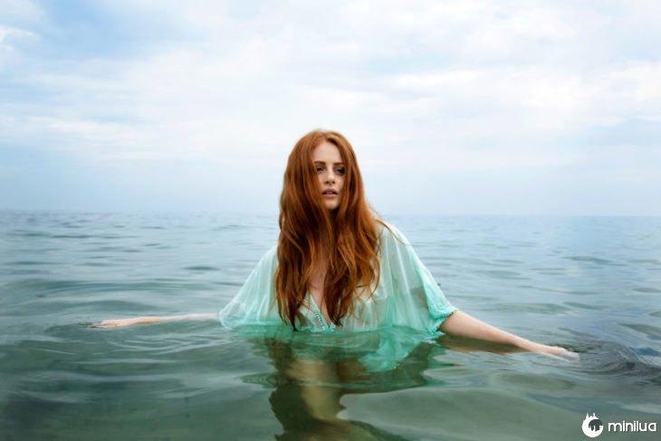 mulher de cabelos em água