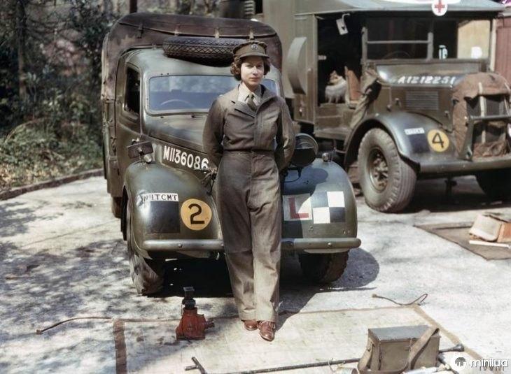 foto da rainha na frente de um caminhão militar
