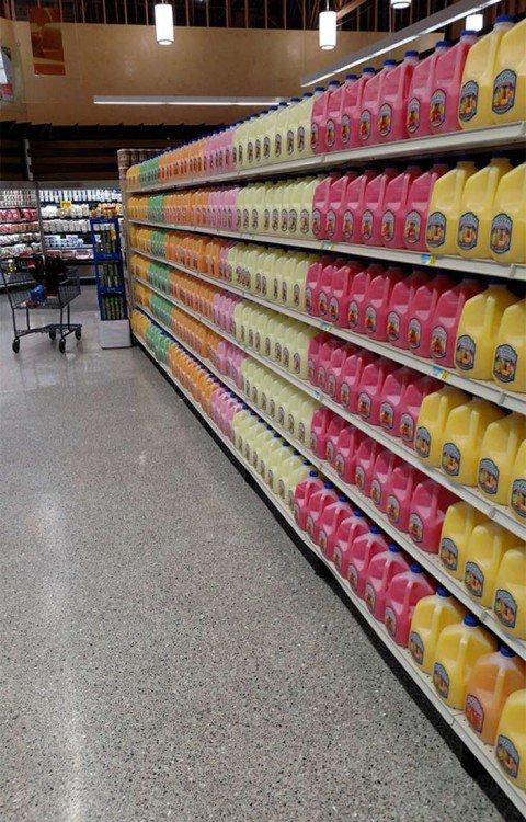 galões de suco em um shopping center prateleira em perfeita ordem