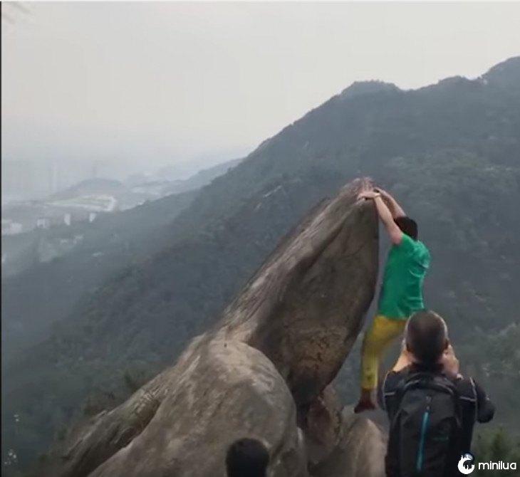 Homem cai do precipício por uma foto 3