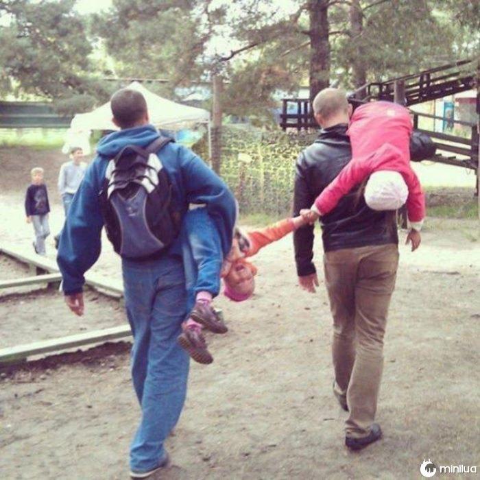 os pais que levam as crianças que são as mãos trêmulas