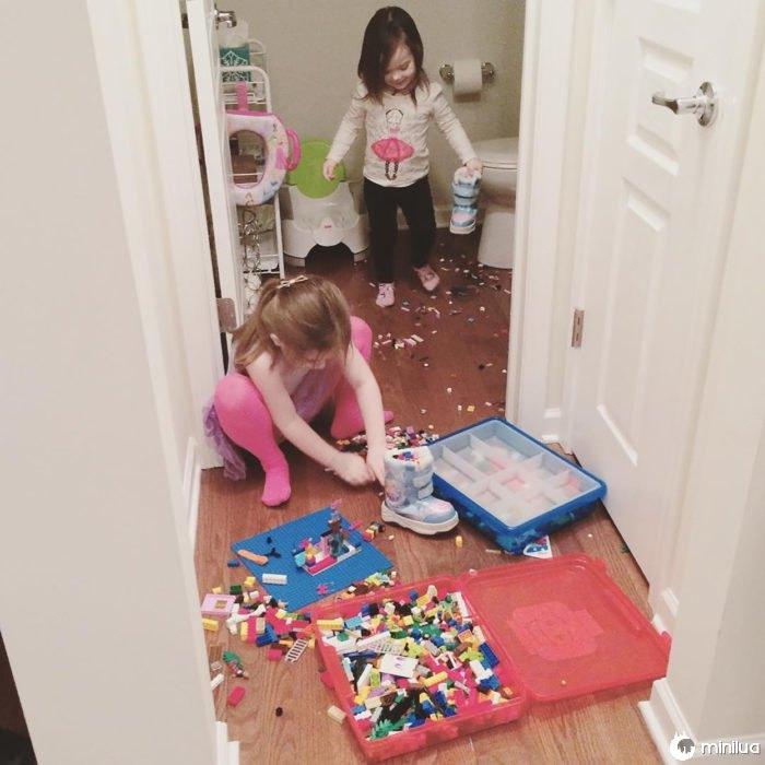 duas meninas e brinquedos puxado em seu quarto