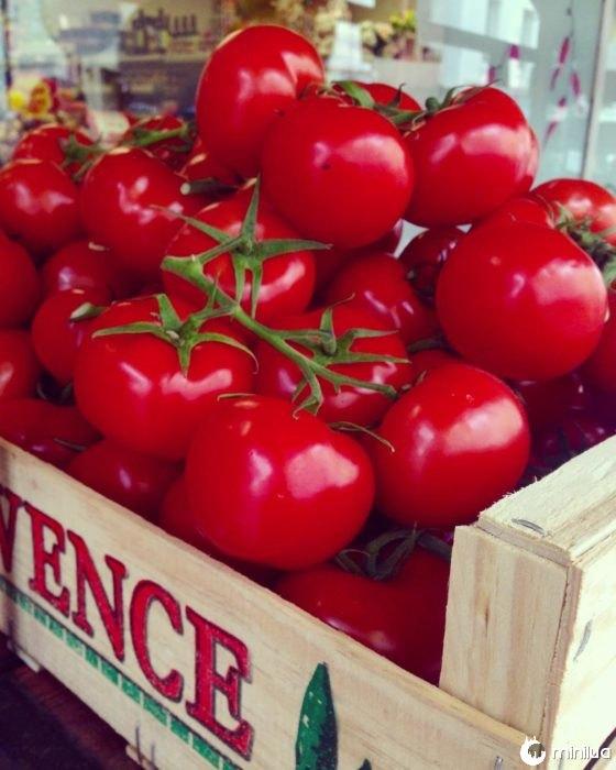 tomates em uma caixa de madeira