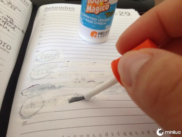 Se você errasse alguma coisa escrita à caneta, tinha que abrir este potinho (e sentir aquele cheiro característico).