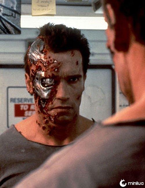 Soldado ruso se saca una bala de su frente como Terminator