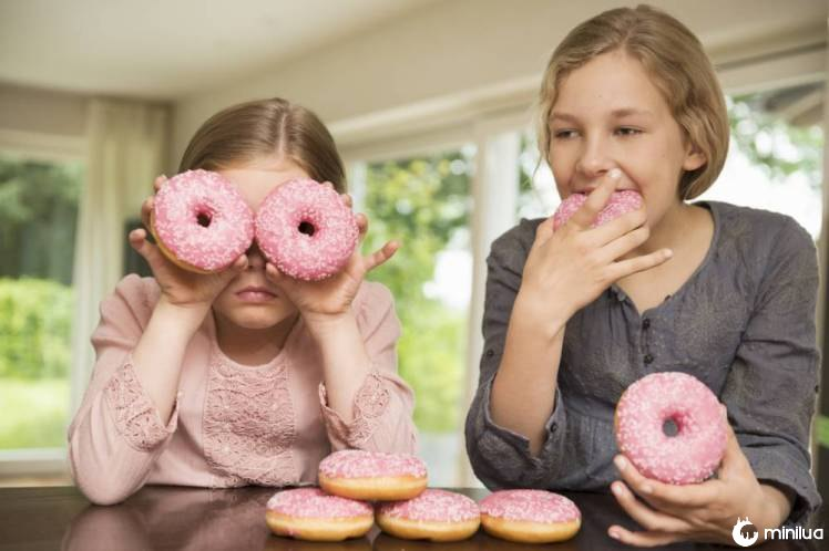 Duas irmãs um com quem ama os buracos sobre os olhos, o outro comer