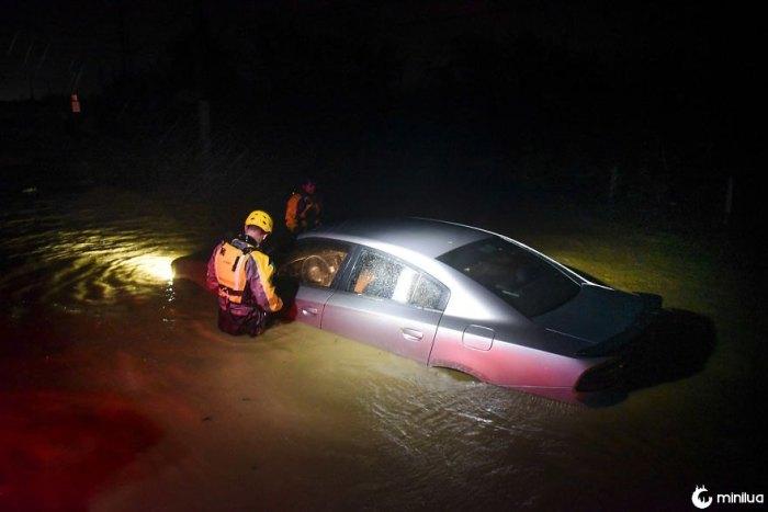 Pessoal de resgate da Agência Municipal de Gestão de Emergências Investigar um carro inundado vazio durante a passagem do furacão Irma através da parte nordeste da ilha em Fajardo, Porto Rico