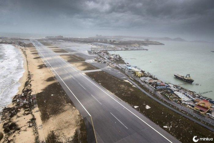 Uma fotografia aérea tomada e divulgada pelo Departamento de Defesa holandês na quarta-feira, mostra o dano do furacão Irma no aeroporto internacional Princess Juliana e na praia da baía de Simpson no território caribenho holandês de Sint Maarten