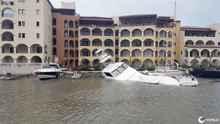 Iates de luxo foram destruídos e derrubados, como grandes ondas batidas pela costa de St Martin durante a noite