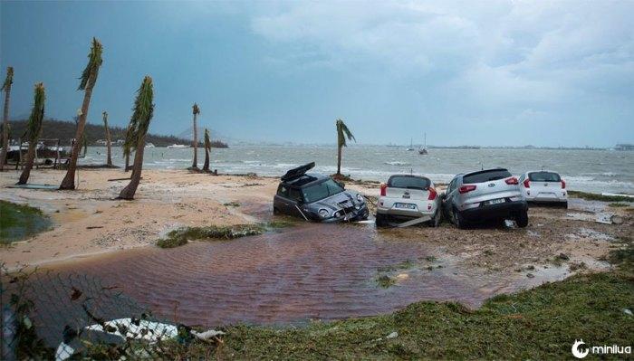 Carros danificados são vistos em uma praia de St. Martin