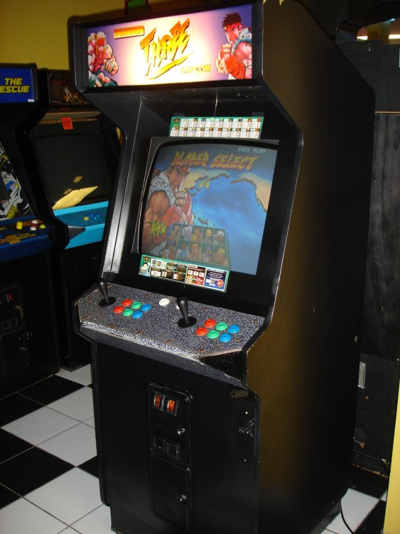 Máquina arcade com jogos Mortal Kombat e Street Fighter