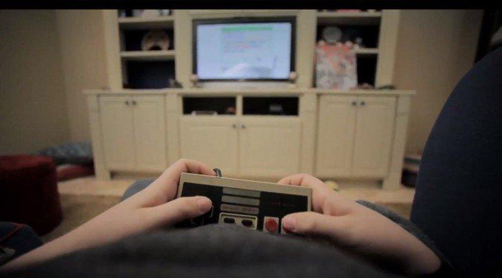 Mãos de uma pessoa jogando Nintendo em uma sala