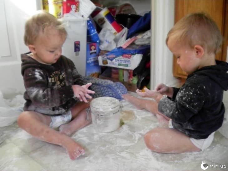 gêmeos fazendo brincadeiras-730x547