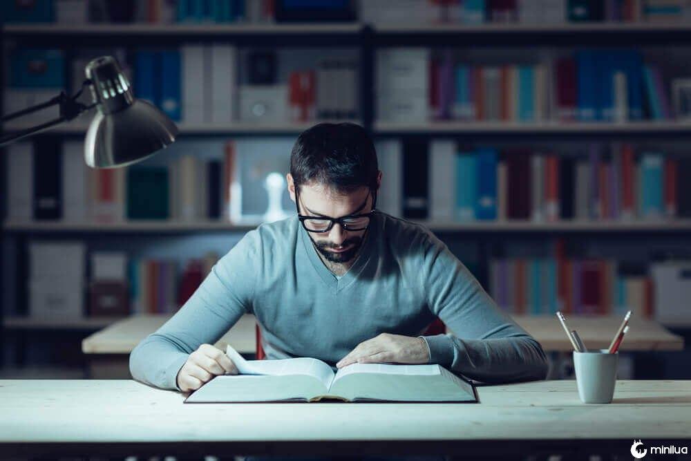 Homem seguindo recomendações para estudar melhor