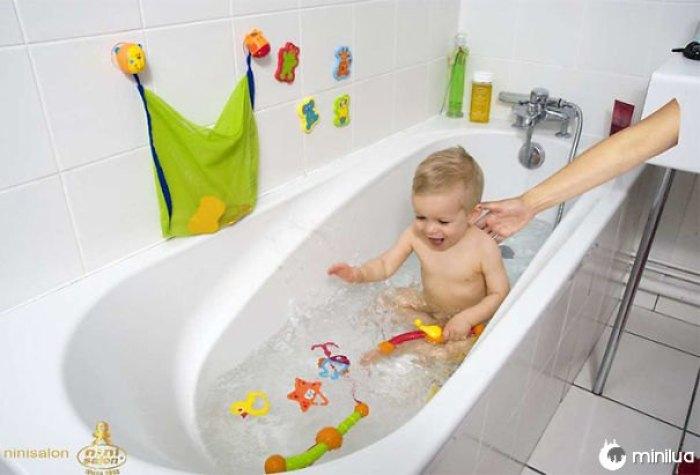 Nunca deixe seu bebê sozinho no banheiro ...