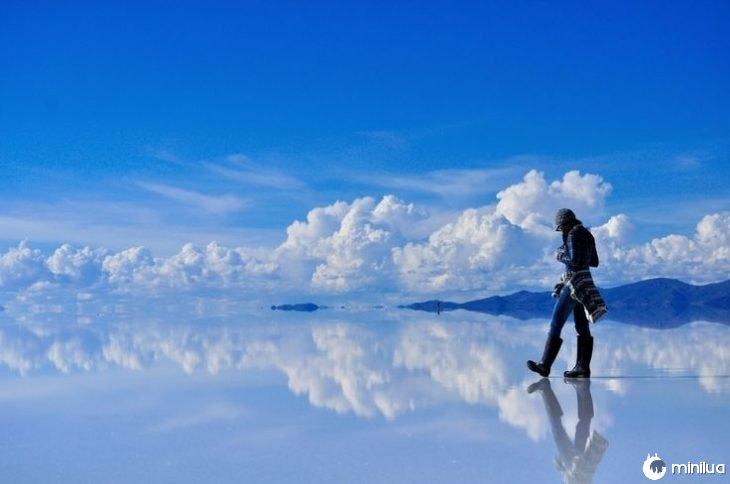 Nuvens de passagem são refletidas no chão