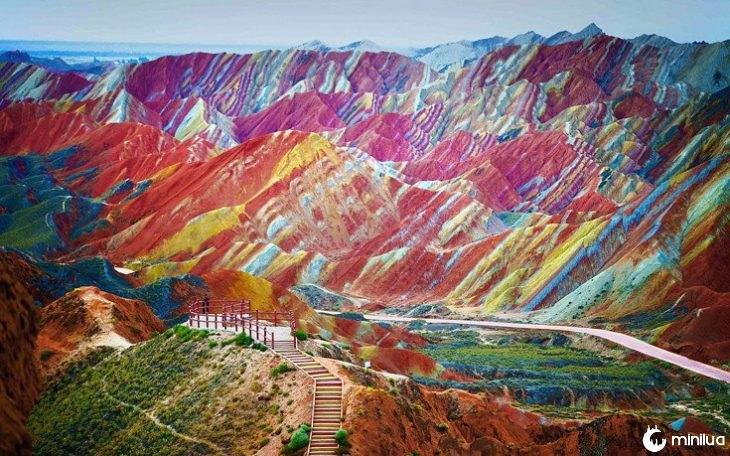 paisagem de montanhas coloridas