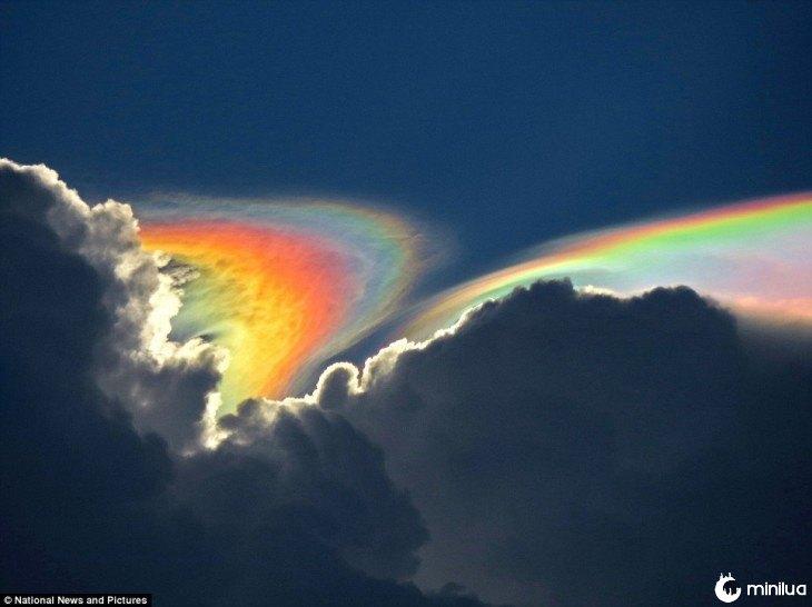 Mistura de nuvens com um arco-íris no céu