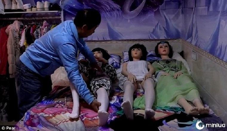 Após o divórcio, homem vive com 7 bonecas sexuais para preencher o vazio | Minilua