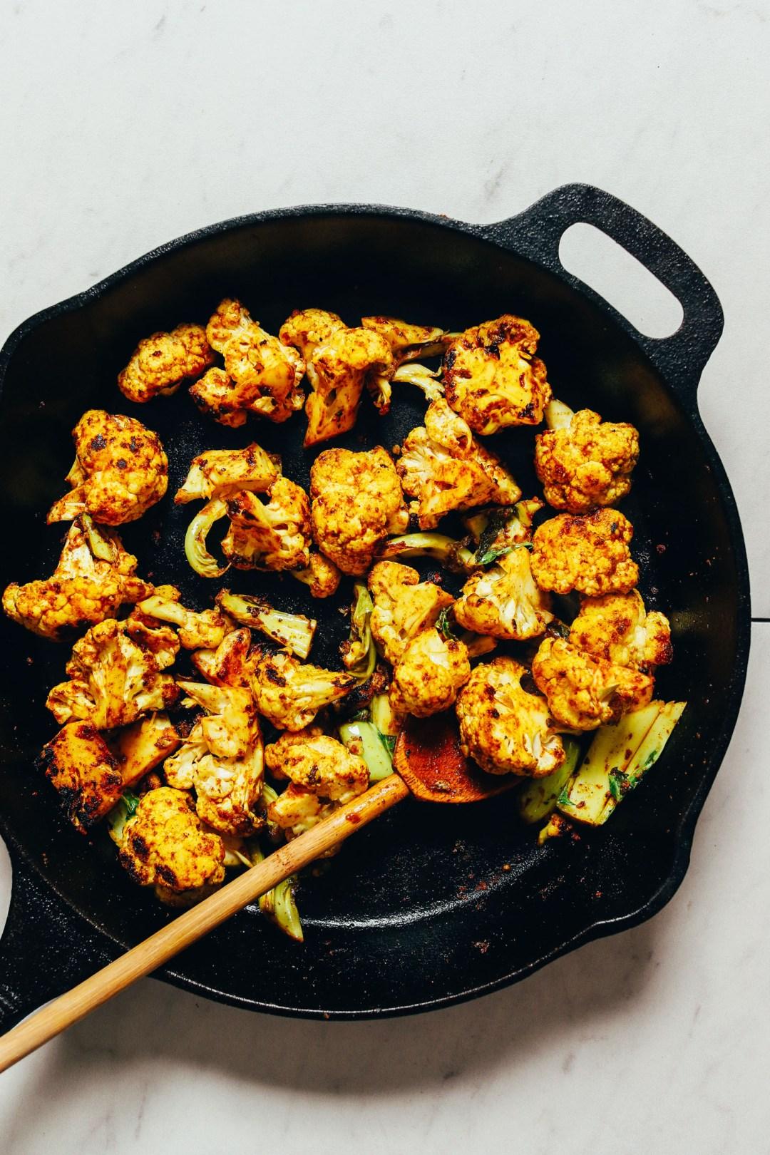 Sartén de coliflor crujiente rápida sazonada con curry en polvo