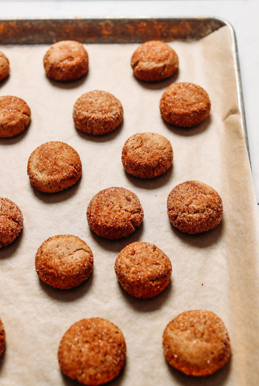 Lote recién horneado de galletas Snickerdoodle saludables en una bandeja para hornear forrada de pergamino