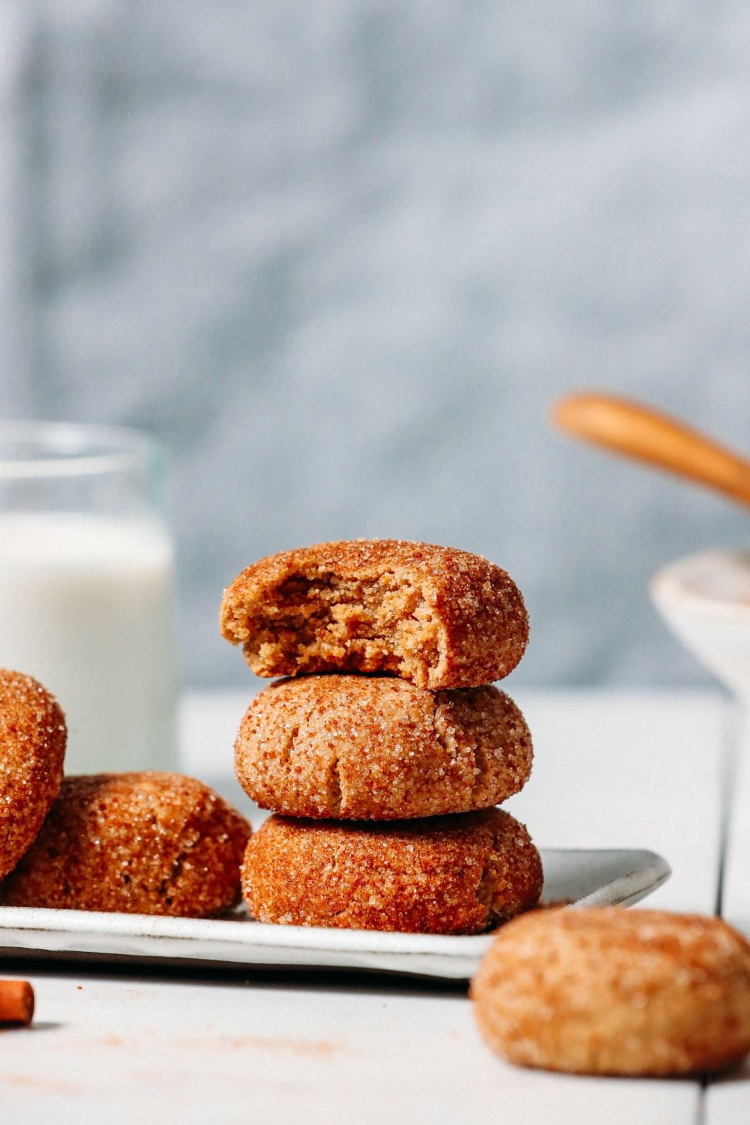 Pila de galletas veganas sin gluten Snickerdoodle con la galleta superior sin un bocado
