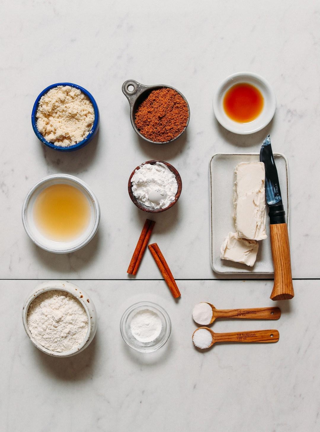 Surtido de ingredientes para hacer nuestras galletas veganas sin gluten Snickerdoodle