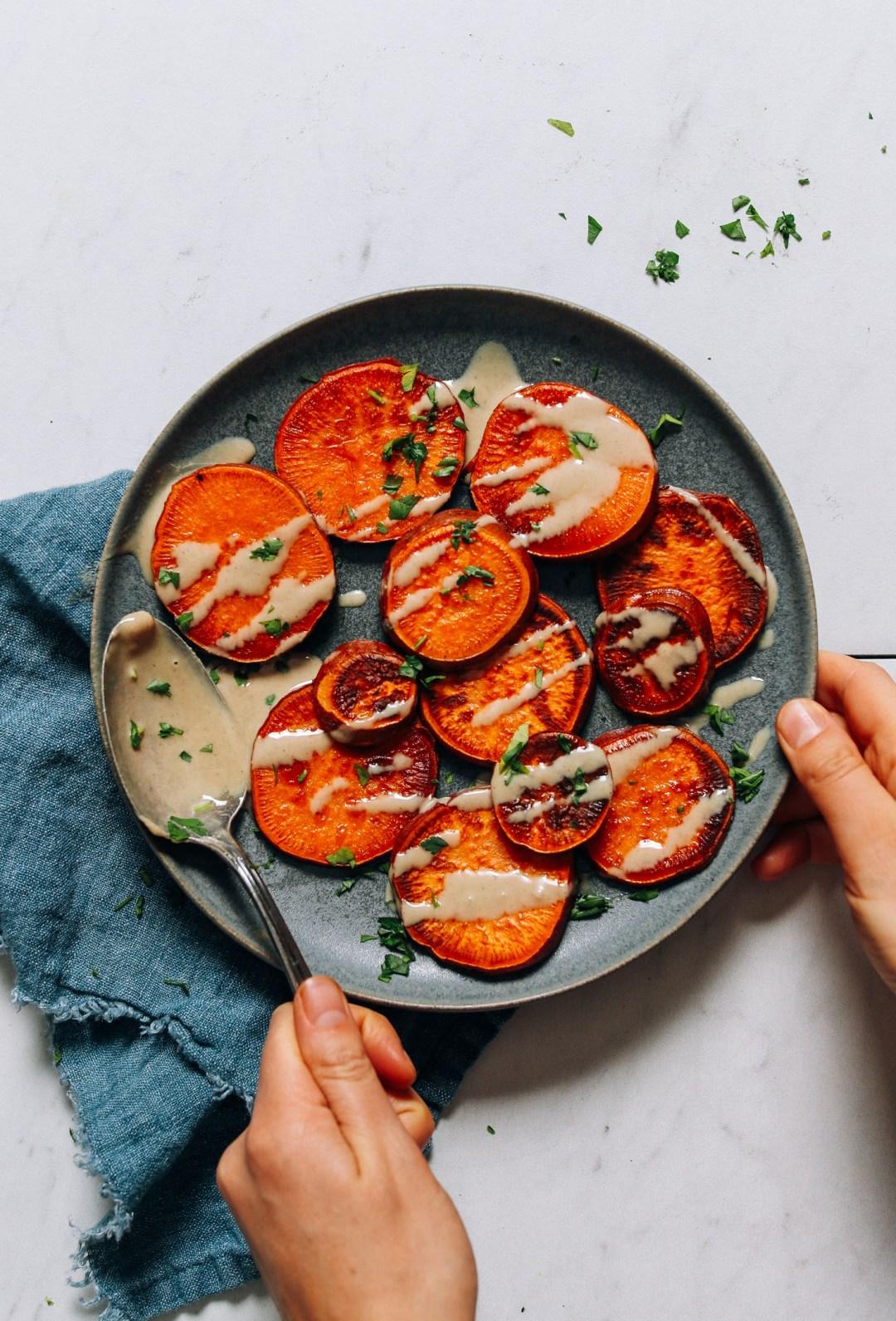 Plato de batatas en rodajas cocinadas en la estufa