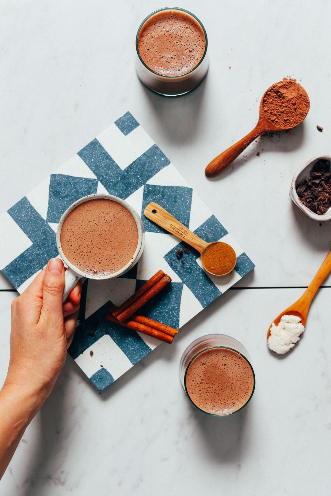 Recoger una taza de nuestra receta de chocolate caliente adaptogénico bajo en azúcar