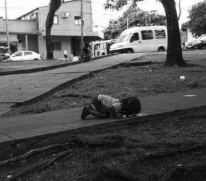 Bambina Argentina Che Beve In una Pozzanghera   MinimalistBoy