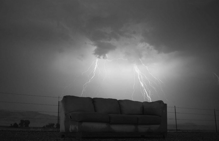 divano e fulmine nel deserto