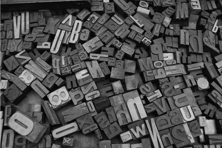parole su blocchi sul pavimento