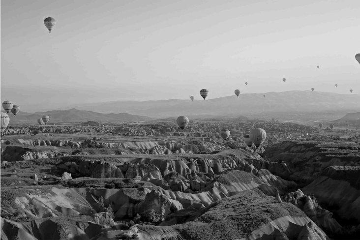 mongolfiere in cappadocia bianco e nero