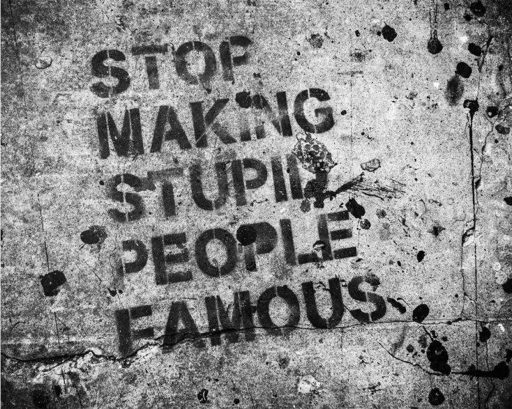smettere di rendere famosi personaggi famosi