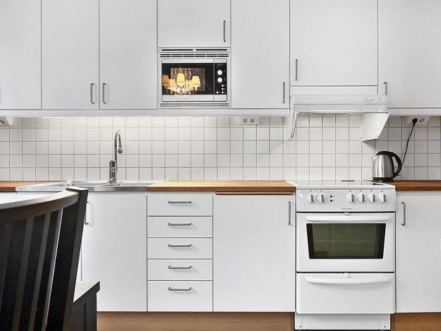 Avplockad köksbänk ger ett lugn i köket.