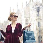 たくさん買い物する女性