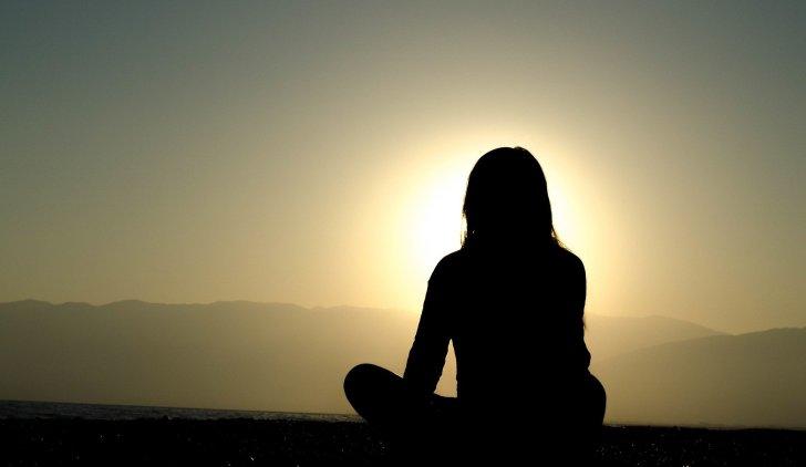 瞑想している女性
