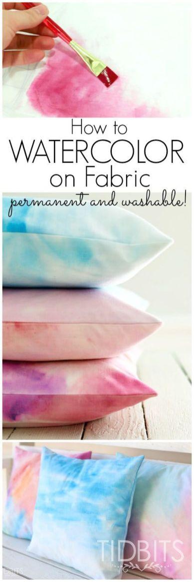 DIY Geschenke können richtig DELUXE sein. Auf minimalistmuss findet ihr eine ganze Sammlung dieser einzigartigen Selbstmachgeschenke. Hier DIY Wasserfarben-Kissenbezug