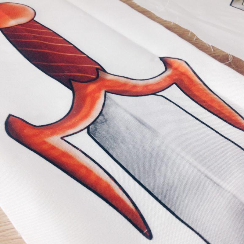 Schwertillustration auf Stoff gedruckt by minimalistmuss.com