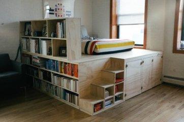 No tienes que construir una cama loft cerca de un techo o incluso en todo lo alto; incluso una pequeña plataforma que puede dar espacio debajo de la cama para guardar cosas y recuperar espacio.