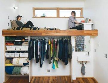 Cuando no dispones de techos muy altos, puedes seguir utilizando la idea de cama alta. Poniendo cosas en la altura que no requieren usarlas para estar de pie en la altura completa todo el tiempo.
